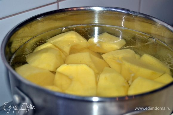 Картофель очистить и отварить до готовности.Не забыть посолить,когда закипит вода.