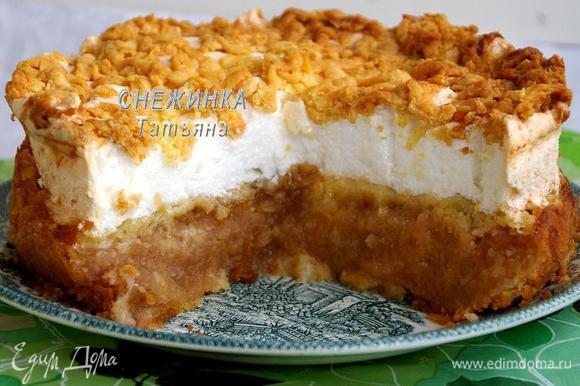 Затем пирог полностью(!) остужаем и можно резать. Его достаточно неудобно перемещать на блюдо, поэтому делайте это только, когда полностью остудите.
