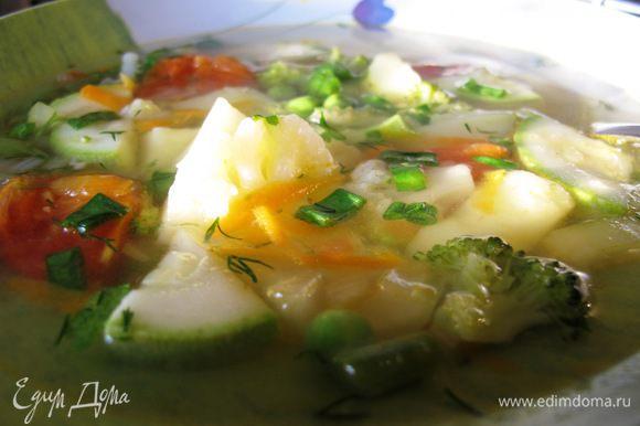 В конце приправить измельченным чесноком, солью, перцем, укропом, петрушкой и зеленым луком. Приятного аппетита!