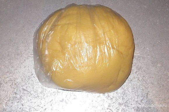Готовое тесто положить в пакет и убирать в холодильник на 30 минут.