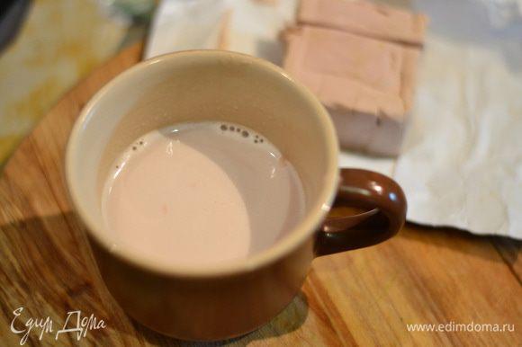 в молоке с солью размешать дрожжи.
