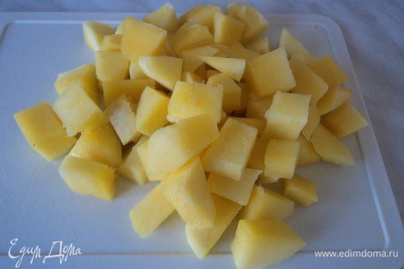 В это время очищаем манго от кожуры и нарезаем небольшими кубиками.