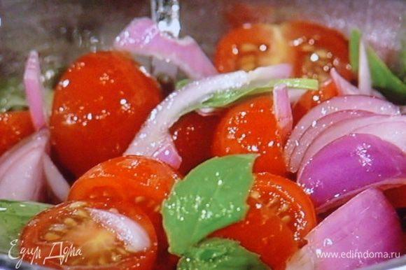 для салата понадобятся помидоры, красный лук, зелень базилика. для соуса: соль, белый свежемолотый перец, щепотка сахара, 2 ст л уксуса белого вина, ч л среднеострой горчицы, 50 мл крепкого бульона ( если нет- то воды) и олив. масло.