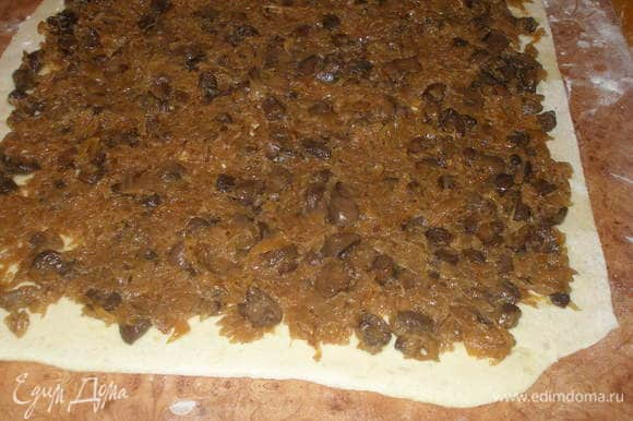 Тесто раскатать в пласт толщиной 1,5 см, выложить начинку.