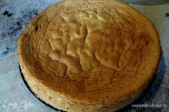 Форму смазать маслом, вылить тесто и выпекать до готовности, примерно 20-25 минут при 180*С (ориентируйтесь по своей духовке. Вот такой вот нежный бисквит у меня получился :-)