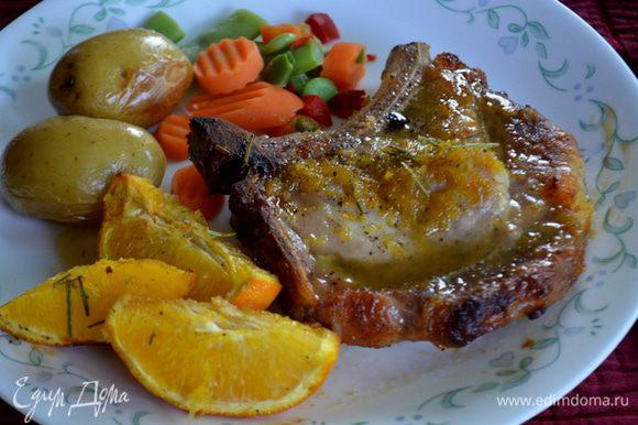 Подаем готовые свиные отбивные с апельсиновой глазурью и дольками апельсина. Приятного аппетита.