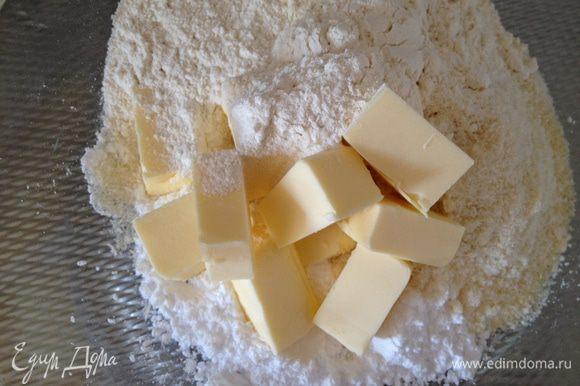 Смешать сухие ингридиенты, добавить масло, маленькую щепотку соли. Вымесить тесто. Если будет сильно прилипать к рукам, добавить еще немного муки. Убрать готовое тесто в холодильник на 30 минут.