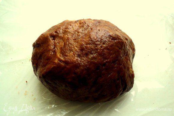 Во вторую часть теста добавить какао, хорошо вымесить, завернуть в пищевую пленку и положить в морозилку.