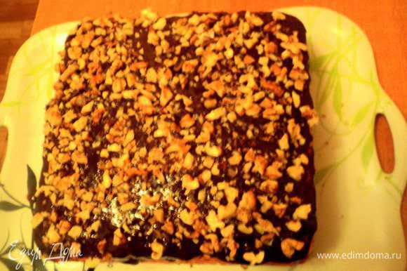 Сварить шоколадную помадку: в кружке смешать какао, сахар, молоко. Поставить на небольшой огонь и, постоянно помешивая, довести до кипения. Снять с огня, добавить сливочное масло, размешать до его растворения. Залить пляцок помадкой и посыпать дробленными орехами. Поставить в холодильник на 3 часа для застывания.