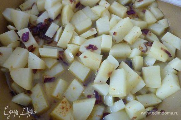 Добавить картофель и 240 мл воды, довести до кипения.