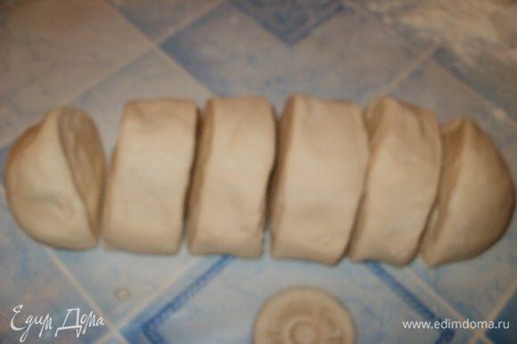 Отдохнувшее тесто слегка обминаем, формируем колбаску и делим на 6 равных частей.