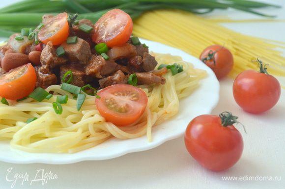 На тарелку выложить пасту, в центр соус, посыпать луком и тертым сыром.
