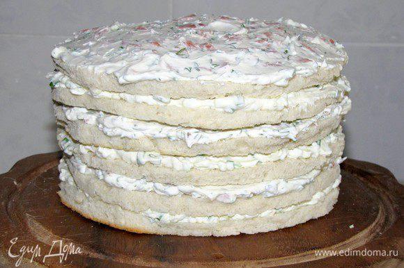 Продолжаем складывать и смазывать коржи, чередуя начинки. В итоге получился вот такой высокий торт из шести коржей.