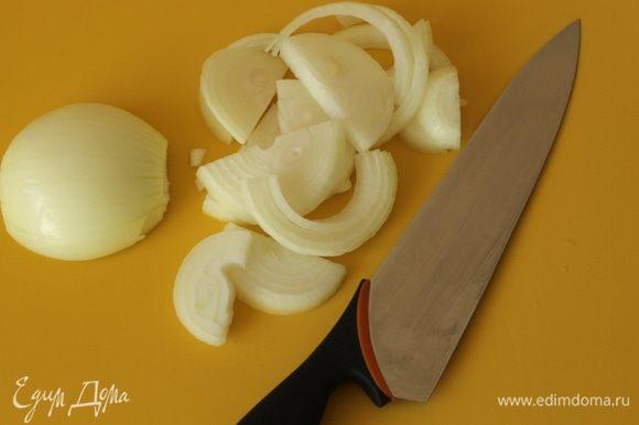 Вторую луковицу нарезать полукольцами.