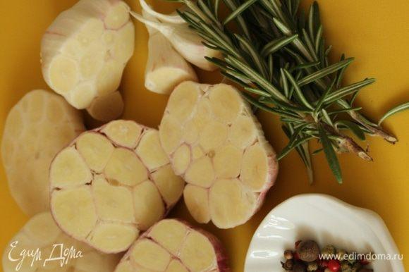 Разрезать каждую головку пополам (разрез должен быть сделан поперек, чтобы были разрезаны все зубчики, и чеснок передал свой аромат и вкус маслу)