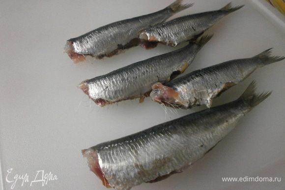 Сардины очистить. Для более мелкой можно обойтись только удалением головы и внутренностей. Рыбу крупнее желательно избавить от хребта. Подготовленную и помытую рыбу обсушить бумажным полотенцем.