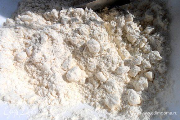 Затем второй стакан муки смешиваем с маслом+соль.