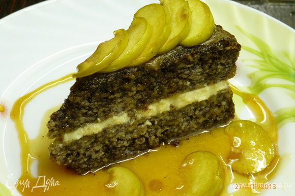 А можно приготовить карамель, порезать тонкими пластинками яблоки и потомить в ней же. Прослоить бисквит взбитыми сливками, а сверху полить карамелью и украсить карамелизованными пластинками яблок. Этот вариант намного слаще. А вы, может, придумаете что-нибудь свое... Творите! И, приятного аппетита!
