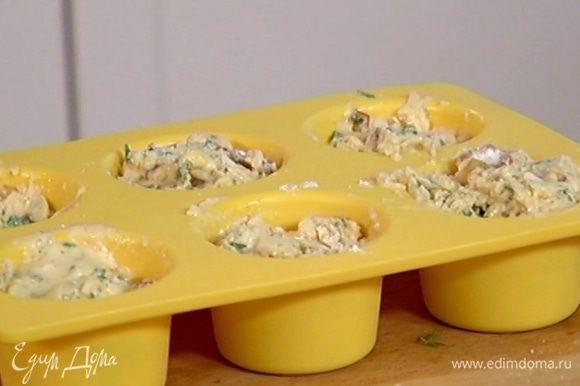 Разложить тесто в силиконовые формочки для кексов, заполняя их на 2/3 объема, и выпекать в разогретой духовке 20–25 минут.