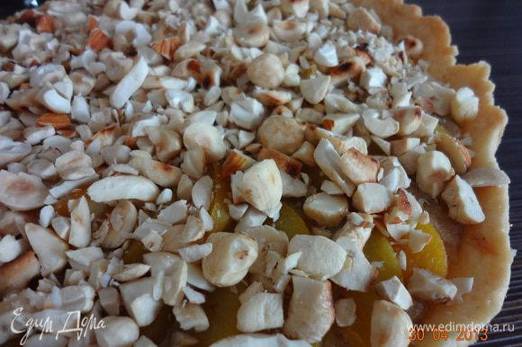 Пирог вынуть из духовки и еще горячий украсить крупно порубленными орехами. Полностью остудить, можно полить сверху растопленным жидким медом или уваренным сиропом от персиков, но пирог получается достаточно сладким, здесь по желанию!