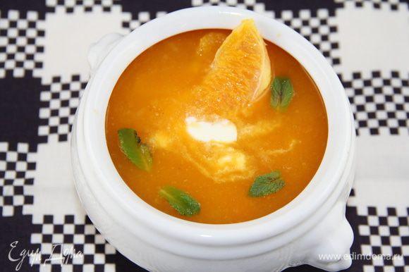 Сливки слегка взбиваем (сметану не надо). Разливаем суп потарелкам, оформляем сливками/сметаной, апельсиновыми дольками и мятой. Приятного аппетита))