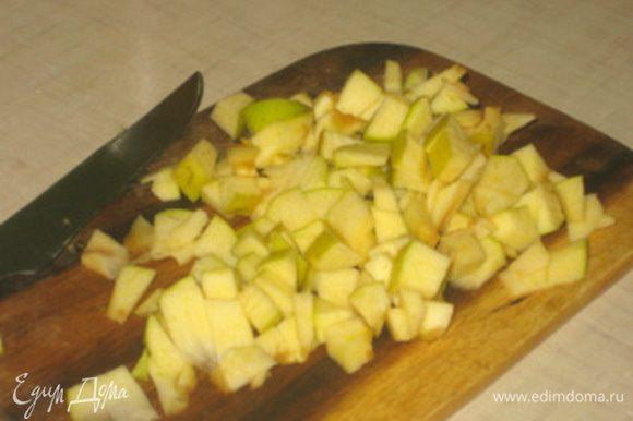 Яблоко нарезать небольшими кубиками.