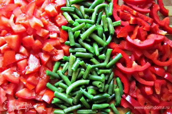 Разморозить стручковую фасоль (или подготовить свежую) , перец порезать полосками, помидоры нарезать кубиками.