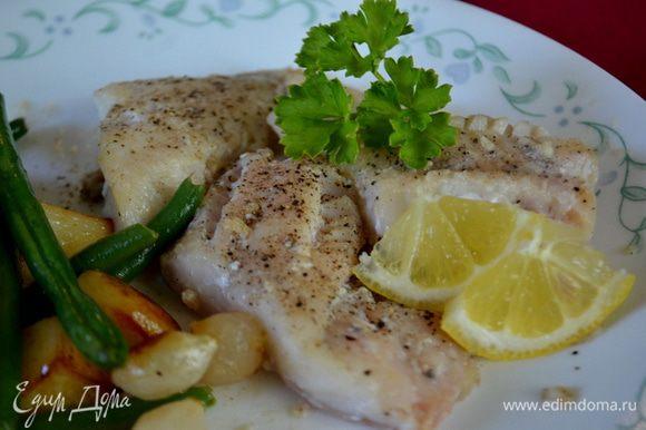 На небольшой сковороде растопить сливочное масло, добавить лимонный сок. Перемешать и подавать рыбку с маслом лимонным и зеленью. Приятного аппетита.