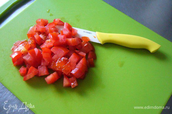 Режем помидор крупным кубиком (для любителей сытного варианта: избавляем помидор от мякоти и режем его мелким кубиком).