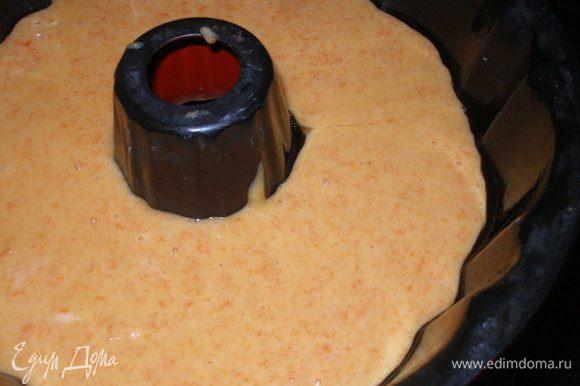 Форму смазать растительным маслом и вылить тесто.