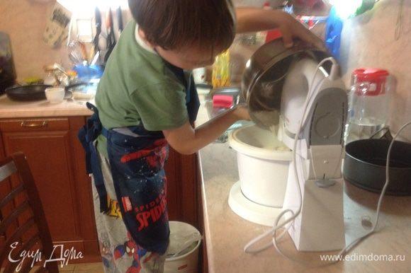 Разогреть духовку до 180 г. Смазать маслом и посыпать мукой формы. Размешать масло с сахаром,яйцами и медом (патокой) в большой миске, после чего введите муку с разрыхлителем, пряности и соду