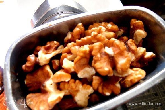 Далее идут в мясорубку орехи (обжаривать не надо,иначе сократим полезность!)...
