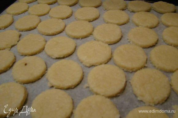Раскатываем в пласт до 0,5 мм, вырезаем печенье формочками или стаканом