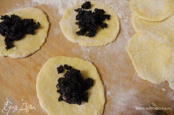 Делим тесто на маленькие части, раскатываем и на серединку кладем начинку.