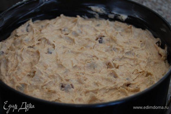 Ввести остаток муки и молока, хорошенько перемешать и выложить в форму (у меня 20 см, дно выстелить пергаментом, стенки смазать маслом) и выпекать при температуре 180 градусов около 50 – 60 минут. Через 50 минут выпекания я прикрыла пирог фольгой, чтобы не подгорел. У меня выпекался 65 минут (готовность – сухая деревянная шпажка)