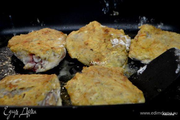 Выложим на разогретую сковороду с растительным маслом и обжариваем куриные кусочки 12-15 мин. Выложить на бумажные полотенца, если готовите в большом кол-ве масла.