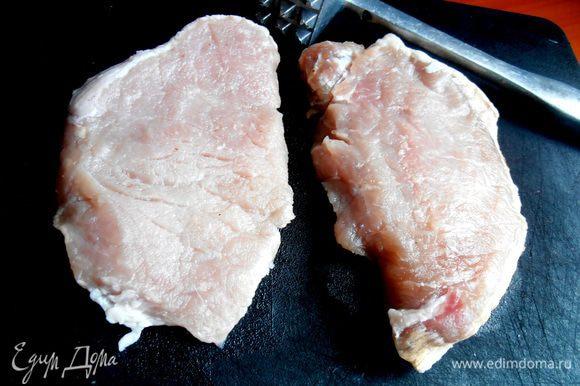 Я заготавливаю отбивные заранее...Нарезаю, удачно купленный, кусок мяса на порции,замораживаю,а потом только достаю нужное число кусков, в зависимости от едоков...