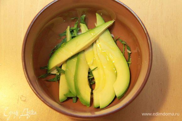 Авокадо режем лепестками, сбрызгиваем оливковым маслом.