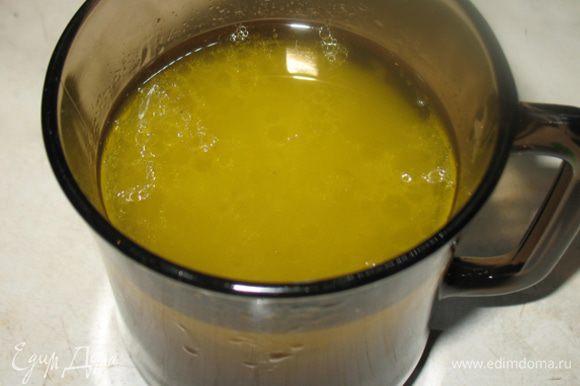 Желатин заливаем небольшим количеством воды, чтобы набух. Бульон процедить в стакан. Желатин растворить на водяной бане и ввести в бульон, комнатной температуры.