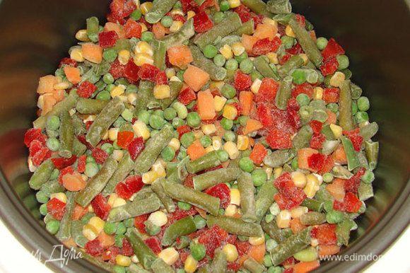 Замороженную овощную смесь выложить в чашу мультиварки