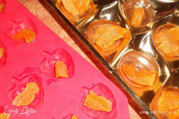 Курагу разложить по формачкам, а шампанское влить в суфле, перемешать и залить по формочкам, чтобы покрыло курагу. Поставить в холодильник на 1 час.