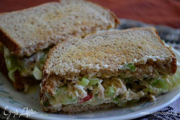 Выложить на хлеб салатные листья,у меня Айсберг. Затем начинку приготовленную. Приятного аппетита.