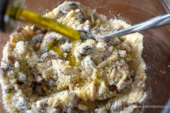 ...и оставшееся оливковое масло. Перемешать получившуюся смесь для рулетиков. Посолить и поперчить по вкусу.