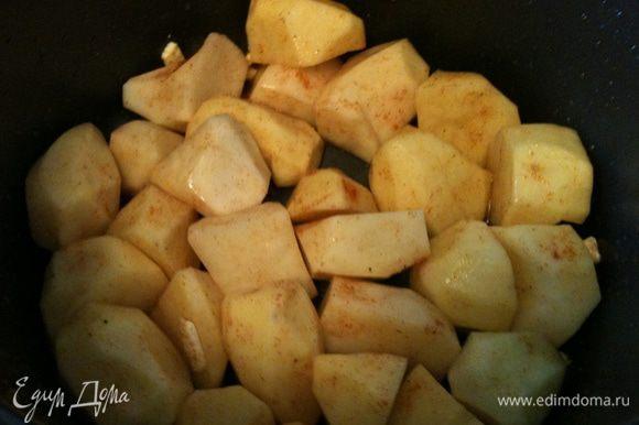Картошечку уложить в кастрюльку мультиварки, посолить поперчить, полить оливковым маслом, перемешать.