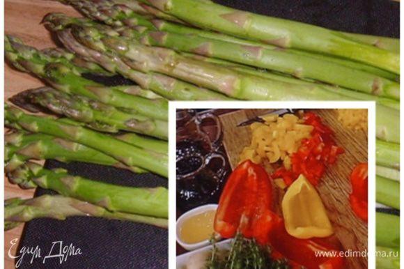 Овощи очистить, порезать соломкой. Спаржу освободить от нижних частей ( отломать ), порезать на 3 части, зелёный лук нарезать на кусочки размером в 2 см. Фасоль оставить целиком.