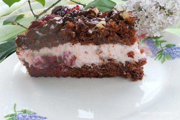Растопить на паровой бане шоколад, достать торт, верх посыпать крупным орехом и полить шоколадом, дать шоколаду застыть и приятного чаепития!