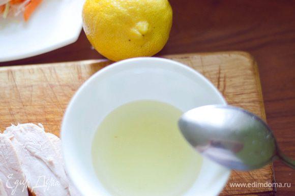 нарезать куриную грудку ломтиками(кому как нравится) И делаем заправку для салата, 2 ложки масла + сок половинки лимона . Если есть кунжут, обжарить на сковороде 2-3 мин и можно добавить в салат.