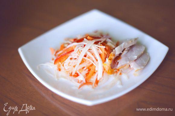 заправляем готовый салат. И вуаля, можно есть.)))