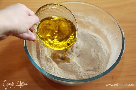 Наливаем оливковое масло.