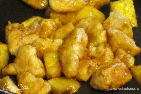 Добавить ананас,имбирь,карри,соевый соус,перемешать и готовить ещё несколько минут.